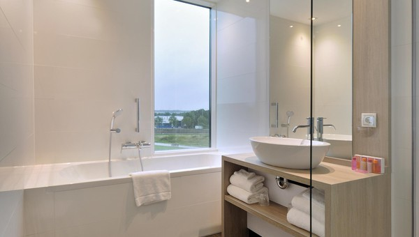 https://www.hoteltiel.nl/inc/hotels/36/rooms/1299/mobile-retina/carousel_1024x768_badkamer%20SUPKING2.jpg