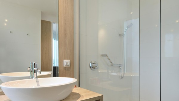 https://www.hoteltiel.nl/inc/hotels/36/rooms/1299/mobile-retina/carousel_1024x768_badkamer%20SUPKING3.jpg